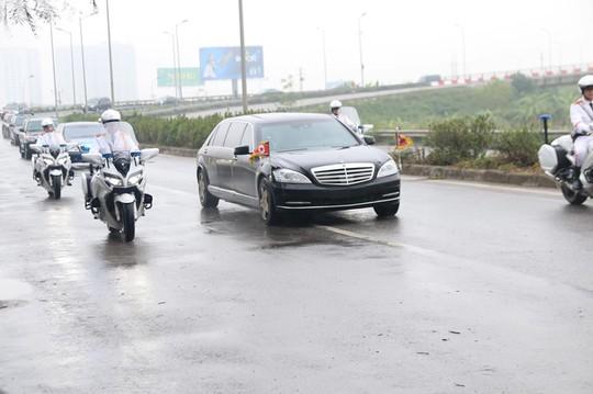 Cận cảnh đoàn xe Chủ tịch Triều Tiên Kim Jong-un đi trên phố Hà Nội - Ảnh 2.