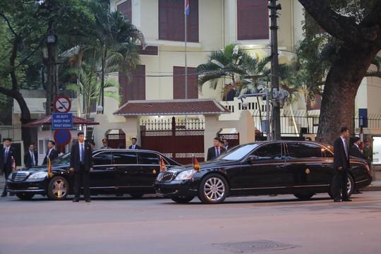 Clip đoàn xe hộ tống Chủ tịch Kim Jong-un thăm Đại sứ quán Triều Tiên - Ảnh 4.