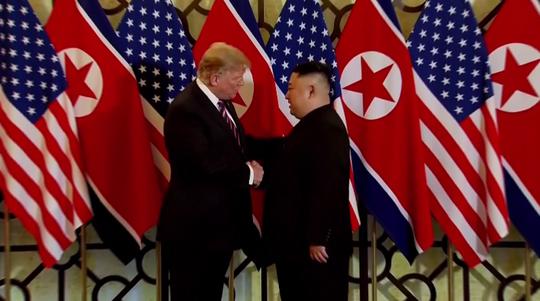 Hội ngộ tại Hà Nội: Hai ông Trump và Kim bắt tay thân tình, trò chuyện cởi mở - Ảnh 1.