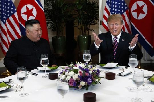 Hội ngộ tại Hà Nội: Hai ông Trump và Kim bắt tay thân tình, trò chuyện cởi mở - Ảnh 13.