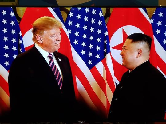 Hội ngộ tại Hà Nội: Hai ông Trump và Kim bắt tay thân tình, trò chuyện cởi mở - Ảnh 5.