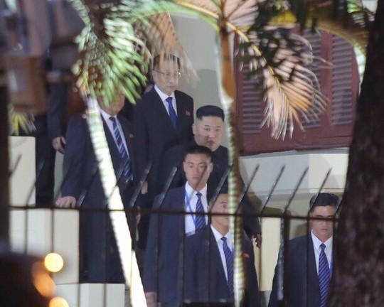 Clip đoàn xe hộ tống Chủ tịch Kim Jong-un thăm Đại sứ quán Triều Tiên - Ảnh 1.
