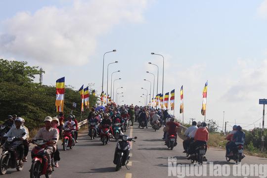 Mùng 4 Tết, Quán Âm Phật Đài ở Bạc Liêu quá tải lượng khách hành hương - Ảnh 14.