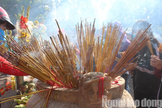 Mùng 4 Tết, Quán Âm Phật Đài ở Bạc Liêu quá tải lượng khách hành hương - Ảnh 8.