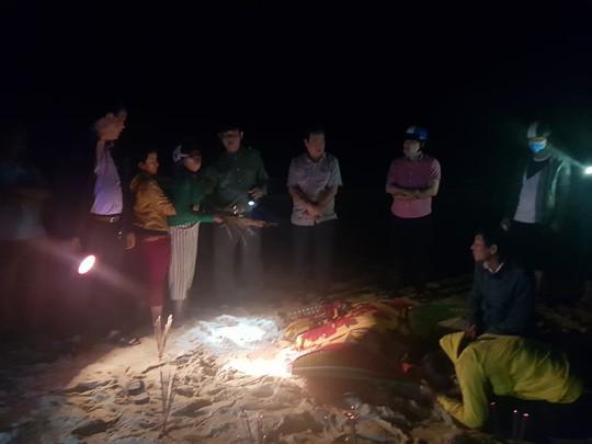 6 học sinh chết và mất tích: Tiếng khóc xé lòng bên bờ biển - Ảnh 4.