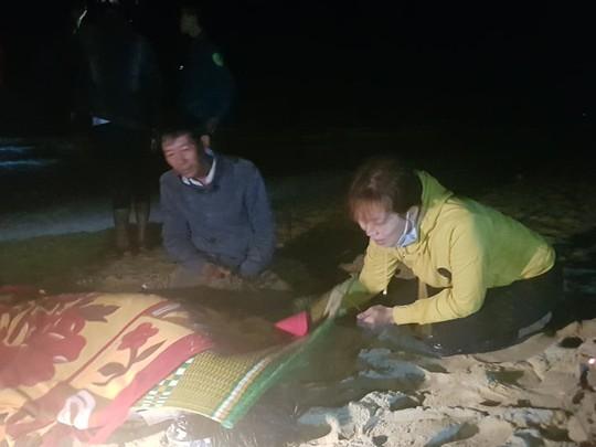 6 học sinh chết và mất tích: Tiếng khóc xé lòng bên bờ biển - Ảnh 1.