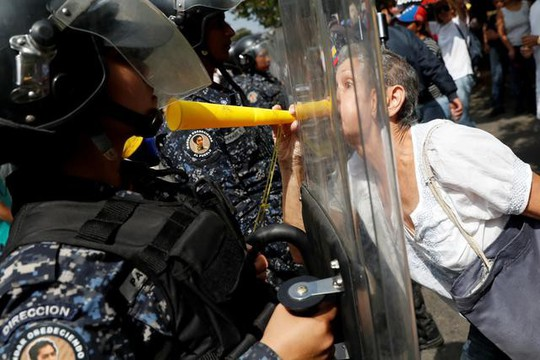 Mất điện sang ngày thứ ba, biểu tình lớn chực chờ Venezuela  - Ảnh 4.