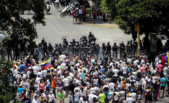 Mất điện sang ngày thứ ba, biểu tình lớn chực chờ Venezuela  - Ảnh 3.