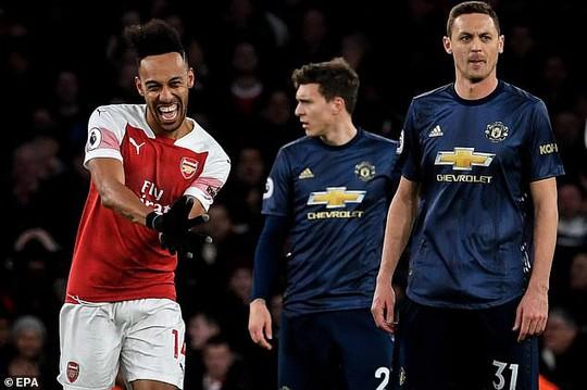 Man United gục ngã trước Arsenal, CĐV tấn công cầu thủ - Ảnh 7.