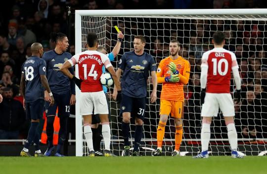Man United gục ngã trước Arsenal, CĐV tấn công cầu thủ - Ảnh 3.