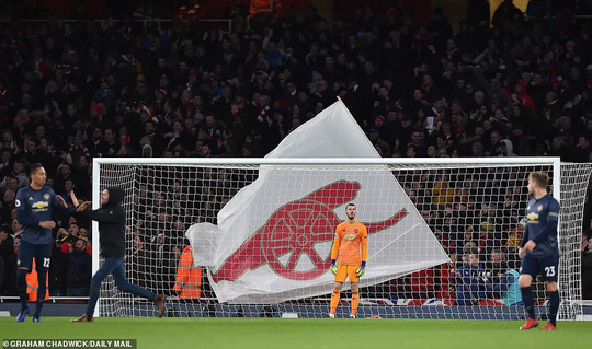 Man United gục ngã trước Arsenal, CĐV tấn công cầu thủ - Ảnh 8.