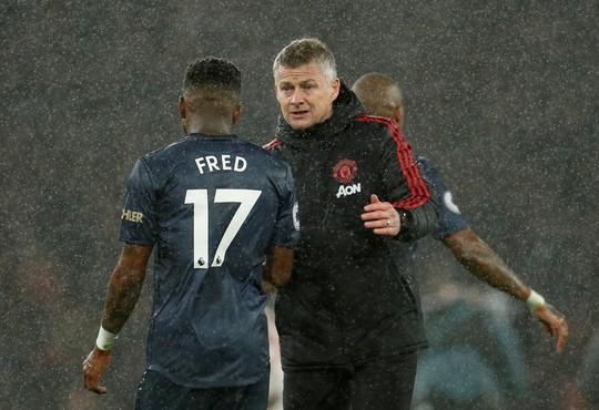 Man United gục ngã trước Arsenal, CĐV tấn công cầu thủ - Ảnh 2.