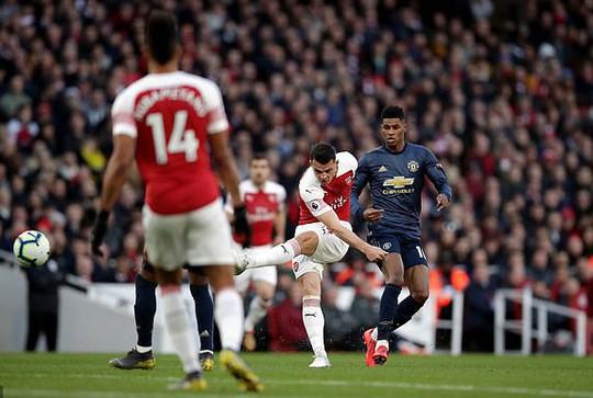 Man United gục ngã trước Arsenal, CĐV tấn công cầu thủ - Ảnh 4.