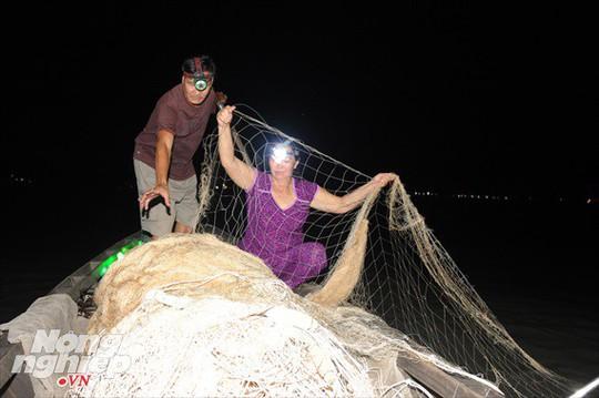 Sướng mắt theo ghe miền Tây săn tôm càng, cá bông lau - Ảnh 5.