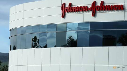 Buộc Johnson&Johnson bồi thường 29,4 triệu USD cho một phụ nữ ung thư - Ảnh 1.