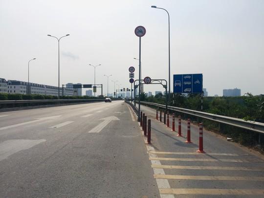 Đoạn bê-tông ở đường dẫn cao tốc gây chết người đã thay bằng cọc tiêu - Ảnh 1.