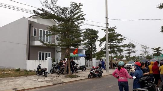 Hàng trăm người mua đất lại bao vây công ty bất động sản đòi sổ đỏ - Ảnh 1.