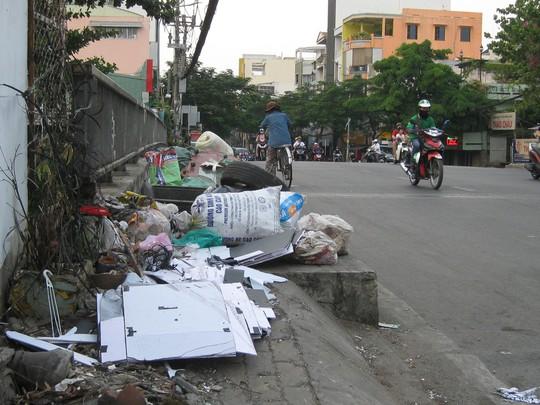 Nạn xả rác bừa bãi: Làm sao dẹp bỏ?: Chìa khóa vạn năng: Giáo dục và pháp luật - Ảnh 1.