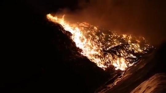 Cháy lớn tại khu xử lý rác 100ha, lửa khói bốc cao hàng chục mét - Ảnh 1.