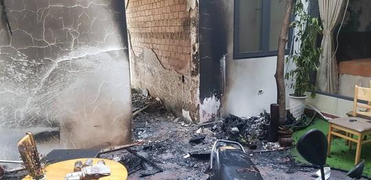 Nhân viên taxi nhanh trí gọi cửa cứu 5 người khỏi căn nhà cháy - Ảnh 1.
