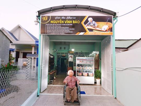 Nhạc sư 101 tuổi mở hiệu đàn dân tộc trên đất sen hồng - Ảnh 1.