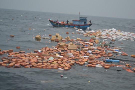 Chìm tàu chở hàng ở Lý Sơn, 7 thuyền viên may mắn được cứu sống - Ảnh 2.