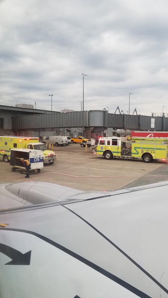 Máy bay Boeing 737 hạ cánh khẩn cấp, một số hành khách nhập viện - Ảnh 4.