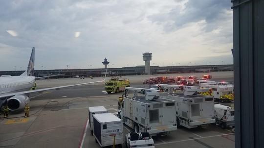 Máy bay Boeing 737 hạ cánh khẩn cấp, một số hành khách nhập viện - Ảnh 2.