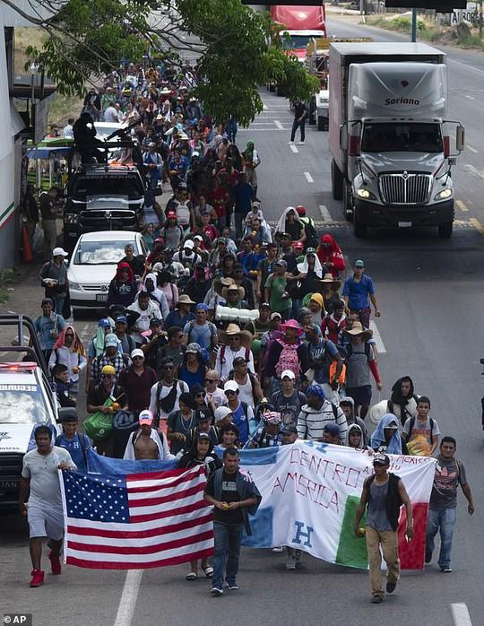 """""""Mẹ"""" của các đoàn người di cư sắp đến Mexico, Mỹ dọa đóng cửa biên giới - Ảnh 1."""
