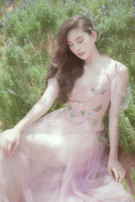 Hoa hậu Tiểu Vy: Người của công chúng dễ bị đem ra so sánh - Ảnh 2.