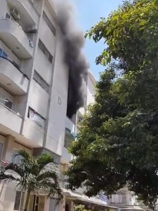 Cháy chung cư Hà Kiều, cư dân nháo nhào tháo chạy - Ảnh 1.