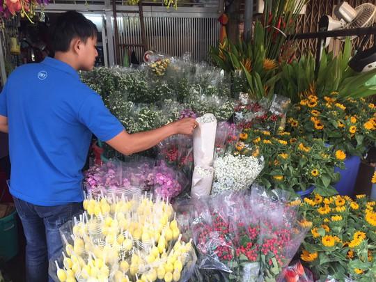 Chưa đến 8-3, giá hoa hồng ở TP HCM đã tăng chóng mặt  - Ảnh 12.