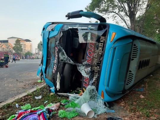 Xe khách và xe tải tông thẳng vào nhau, 40 hành khách kêu la thảm thiết - Ảnh 1.