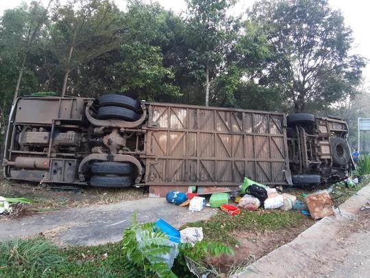 Xe khách và xe tải tông thẳng vào nhau, 40 hành khách kêu la thảm thiết - Ảnh 2.