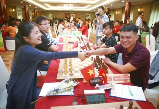 Hoa và sôcôla cho các nữ kỳ thủ, thần đồng 13 tuổi dẫn đầu HDBank - Ảnh 2.