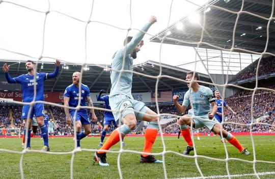 Chelsea được trọng tài 2 phen giải cứu, Cardiff ấm ức chờ rớt hạng - Ảnh 2.