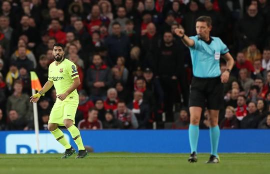 """Trọng tài Rocchi có thiên vị Barcelona, """"triệt"""" Man United? - Ảnh 2."""