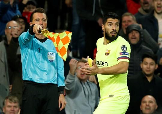 """Trọng tài Rocchi có thiên vị Barcelona, """"triệt"""" Man United? - Ảnh 1."""