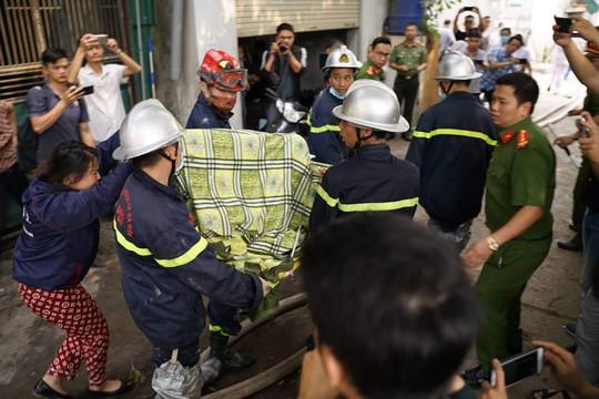 Cận cảnh hiện trường cháy nhà xưởng kinh hoàng, 8 người tử vong và mất tích - Ảnh 1.