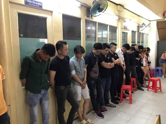 Đột kích quán bar ở vùng ven, phát hiện nhiều người sử dụng ma túy - Ảnh 2.