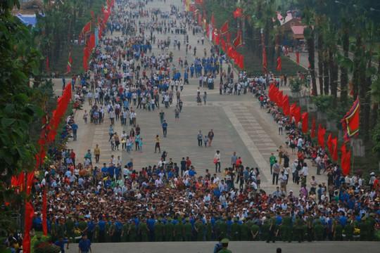 Cận cảnh vạn người chen chúc nghẹt thở ngày chính hội Đền Hùng - Ảnh 2.