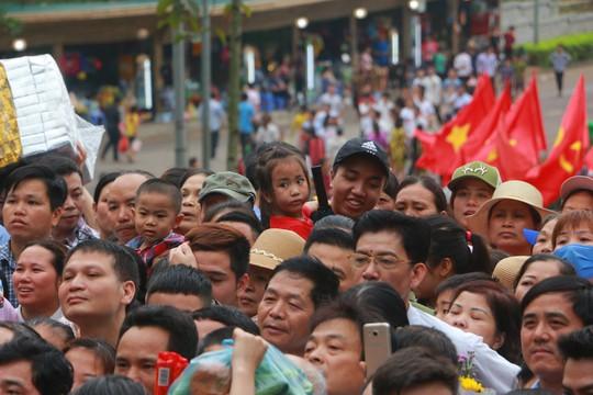 Cận cảnh vạn người chen chúc nghẹt thở ngày chính hội Đền Hùng - Ảnh 8.