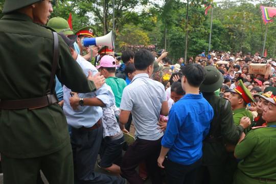 Cận cảnh vạn người chen chúc nghẹt thở ngày chính hội Đền Hùng - Ảnh 12.