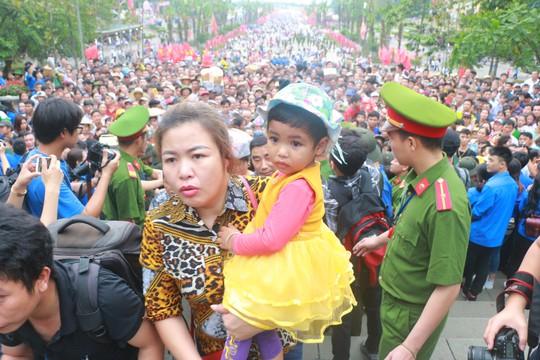 Cận cảnh vạn người chen chúc nghẹt thở ngày chính hội Đền Hùng - Ảnh 17.
