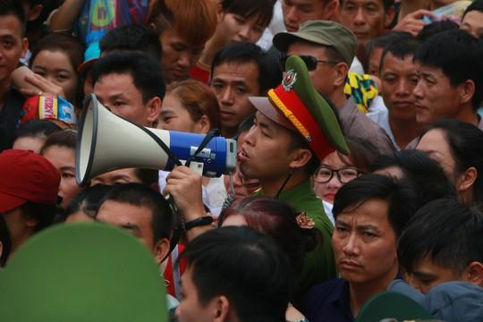 Cận cảnh vạn người chen chúc nghẹt thở ngày chính hội Đền Hùng - Ảnh 7.