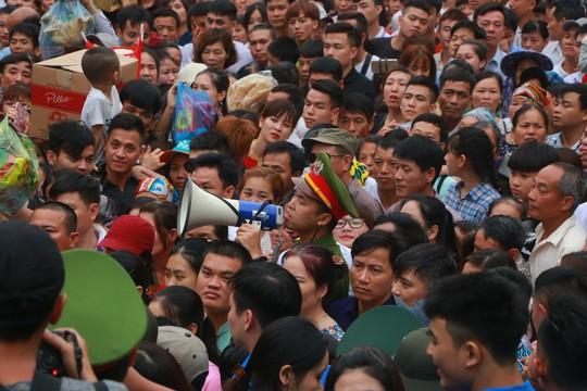Cận cảnh vạn người chen chúc nghẹt thở ngày chính hội Đền Hùng - Ảnh 26.