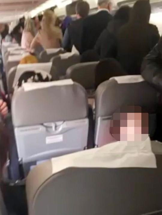 Động cơ cháy, hành khách mở cửa nhảy lên cánh máy bay thoát thân - Ảnh 2.