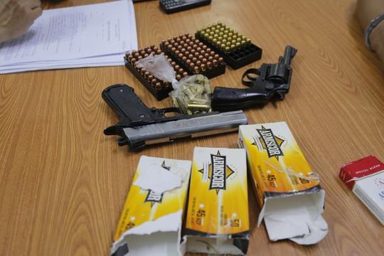 Bắt thanh niên mang súng quân dụng và hàng trăm viên đạn vào TP HCM - Ảnh 2.