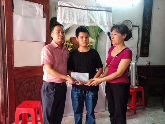 Báo Người Lao Động trao 10 triệu đồng hỗ trợ gia đình nữ công nhân vệ sinh tử nạn - Ảnh 1.