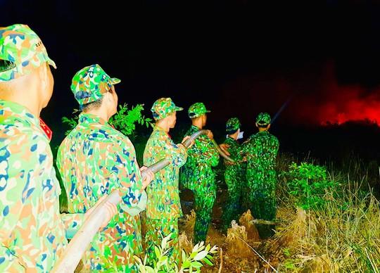 Cháy kinh hoàng suốt đêm, hàng chục hecta rừng phòng hộ ra tro - Ảnh 1.